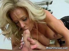 blonde cougar with perky boobs and experience does her thing
