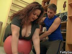 Big-ass plumper easily seduces him
