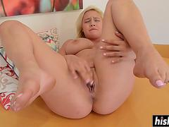 solo girl likes to rub her cunt feature